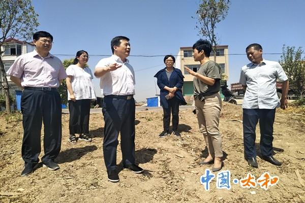 县委书记杨波一行到五星镇督导调研午季秸秆禁烧、脱贫攻坚工作