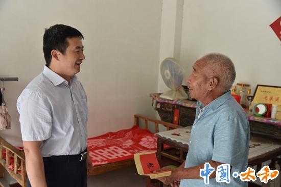 奔驰宝马电玩城网站委书记杨波慰问老党员和困难党员