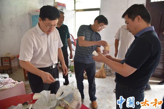 县委书记杨波督导脱贫攻坚和扫黑除恶工作