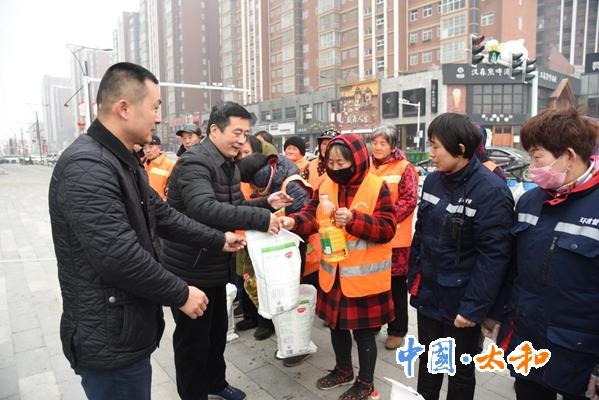 太和縣委書記楊波春節前夕走訪慰問當班職工和知名企業家