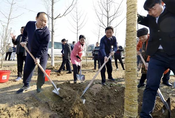 李平等市党政军领导参加义务植树