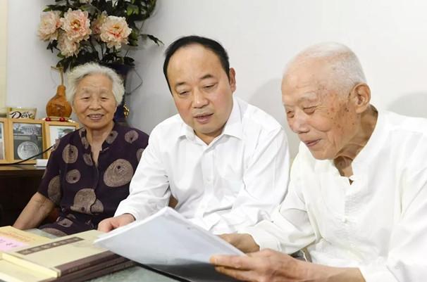 李平走访慰问老党员和困难党员
