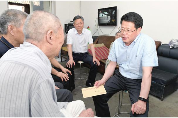 杨光荣走访慰问老党员困难党员并调研基层党建工作
