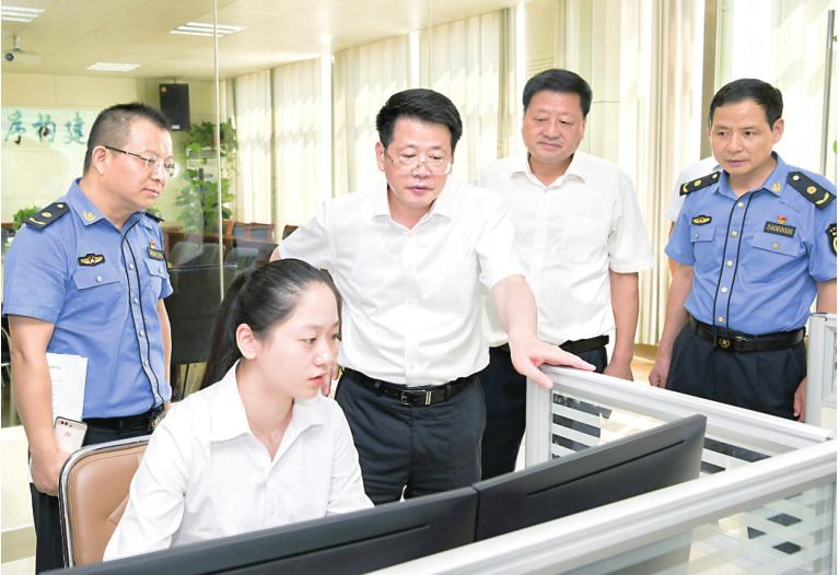 楊光榮檢查國慶假日期間值班值守情況并看望慰問一線工作人員