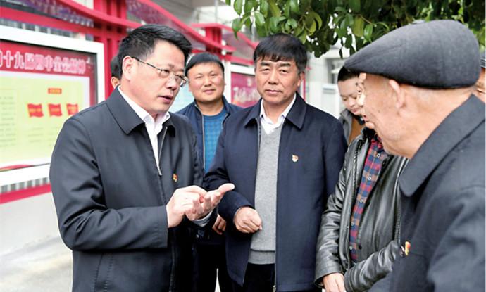 楊光榮深入潁州區白行社區宣講黨的十九屆四中全會精神