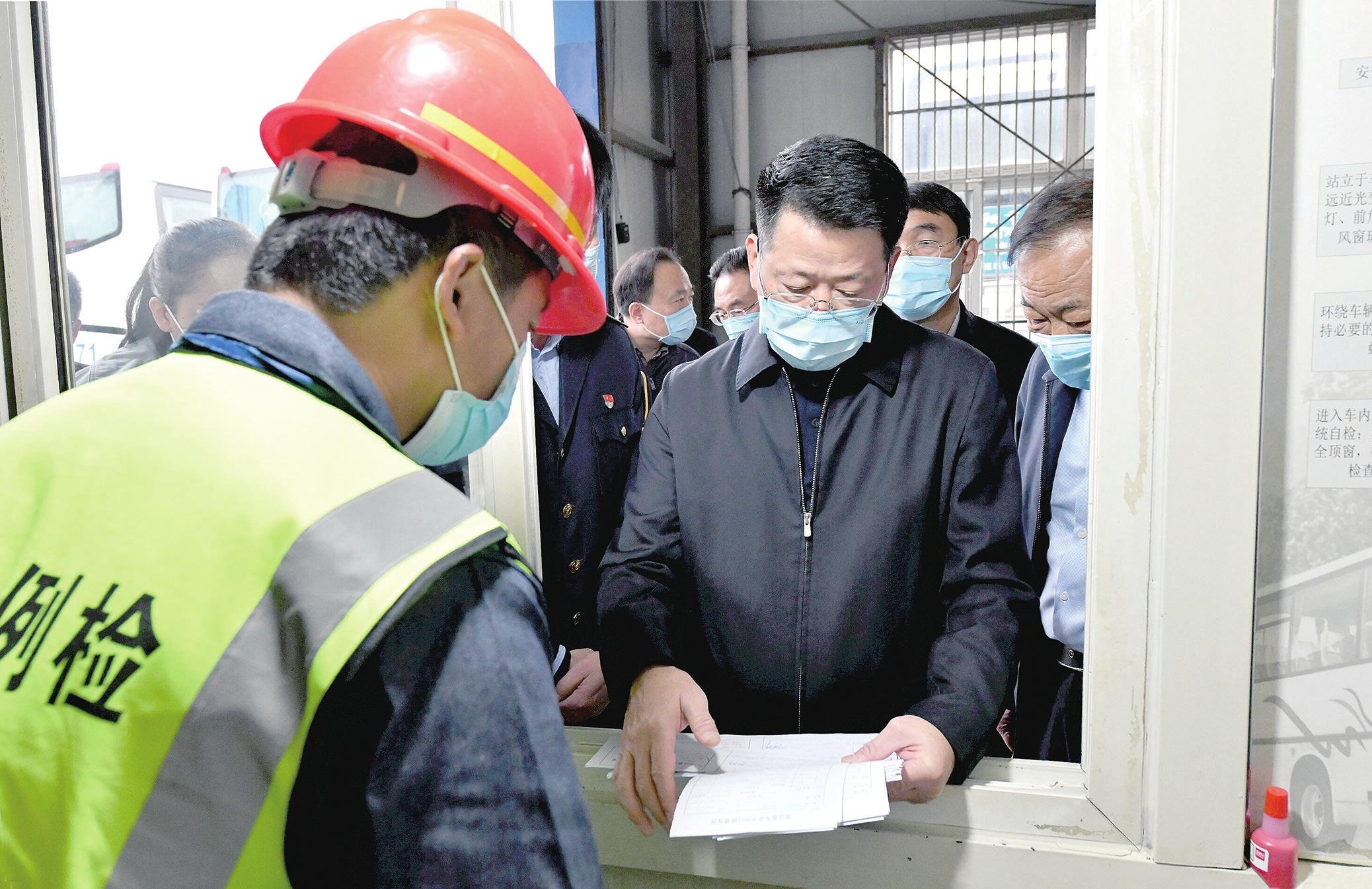 杨光荣督导检查国庆假日期间值班值守情况并看望慰问一线工作人员