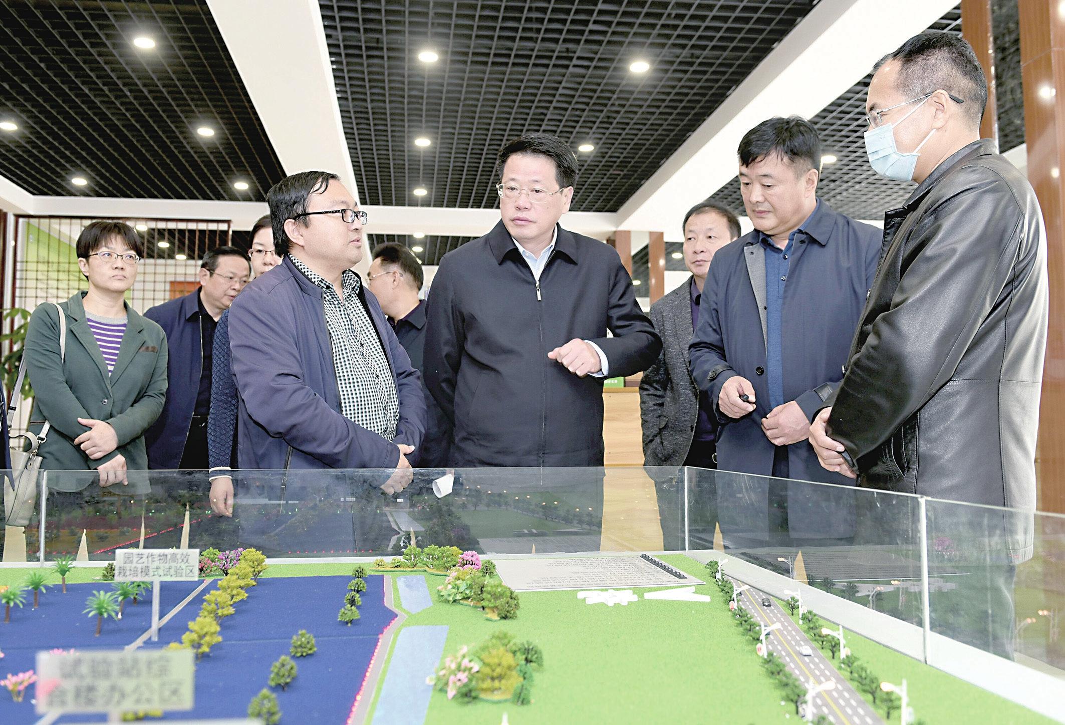 杨光荣到基层宣讲党的十九届五中全会精神