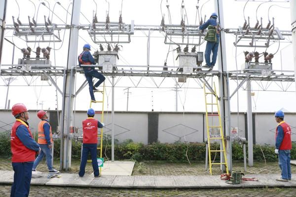 施工人员对35千伏夏桥变设备发热进行消缺处理.jpg