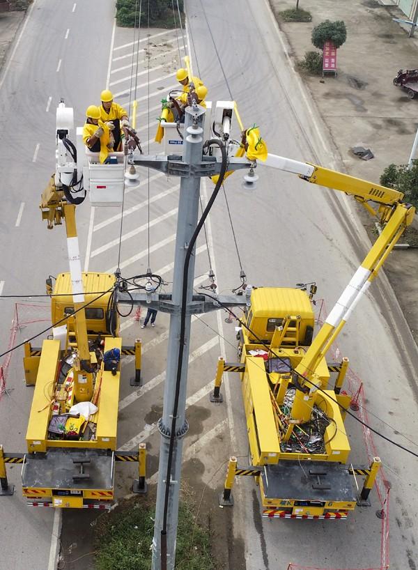 带电作业班人员施工检修,助力集中检修提前完工,尽快恢复送电.jpg