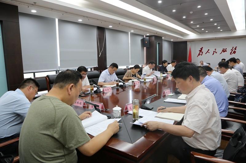 张银军主持召开县委理论学习中心组学习会议