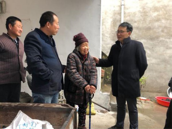 何逢陽到大黃鎮郭店村開展扶貧走訪