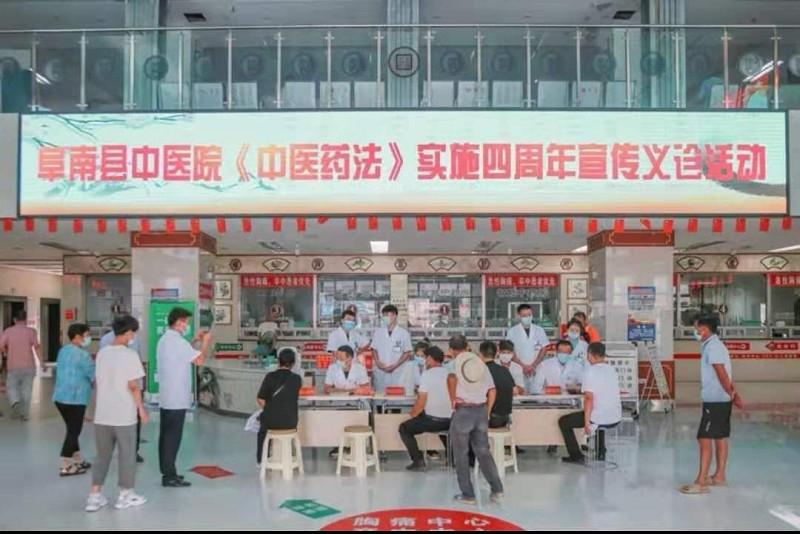 图(2)阜南县中医医院在在中医院大厅开展义诊活动.png