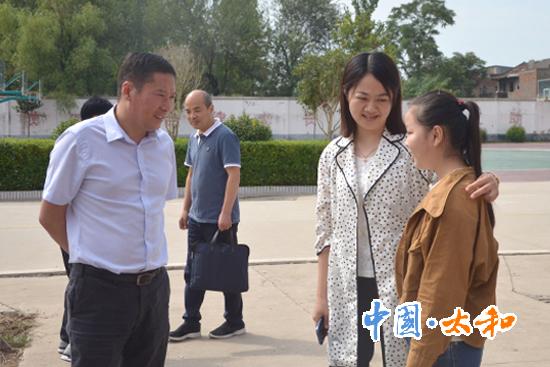 县委副书记、县长刘牧愚一行到洪山镇慰?#23460;?#32447;教师