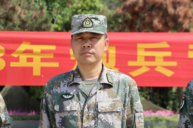 点验大会在雄壮的《中国人民解放军军歌》中拉开帷幕.