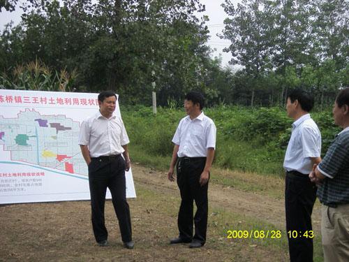 县政办主任江鹏,公安局局长柳西才,国土资源局局长张敏等同志陪同