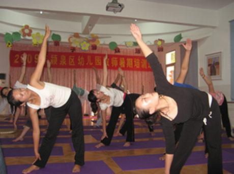 颍泉:民族幼儿园暑期开展教师基本技能系列培训活动